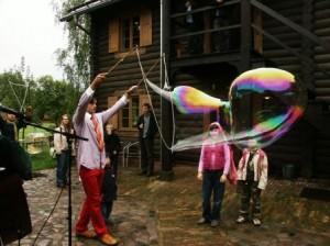 Clown macht riesigen Seifenblasen