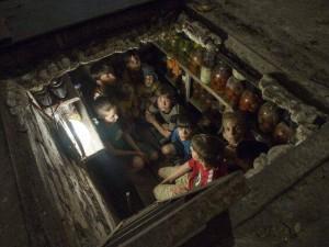 Die so genannten Terroristen und Separatisten in einem Keller in Slavjansk während des Luftangriffs