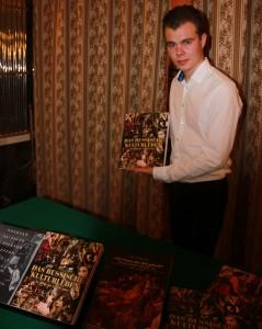 Nikita Tchernodarov mit dem Katalog zur Ausstellung