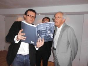 A. Germanowitch zeigt R. Otto das Buch -N. Sagrekuf und das Russische Berlin