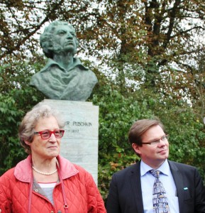 Stadtrundgang Weimar Vorsitzende Frau v. Rintelen und Dr. Andrej Tchernodarov bei Puschkin-Denkmal